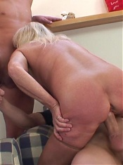 Old babe with a great body wants the sexy young guys to double team her holes